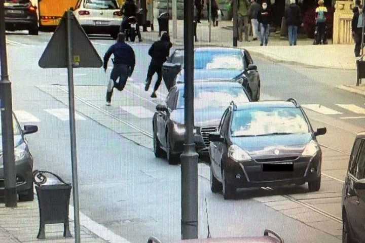 Wyskoczyli z auta i gonili chłopaka. Co się stało? [wideo]