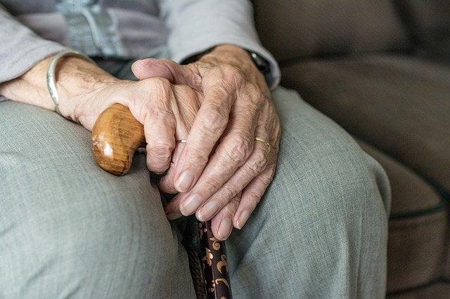Pracownicy banku uchronili starszą panią od tragedii